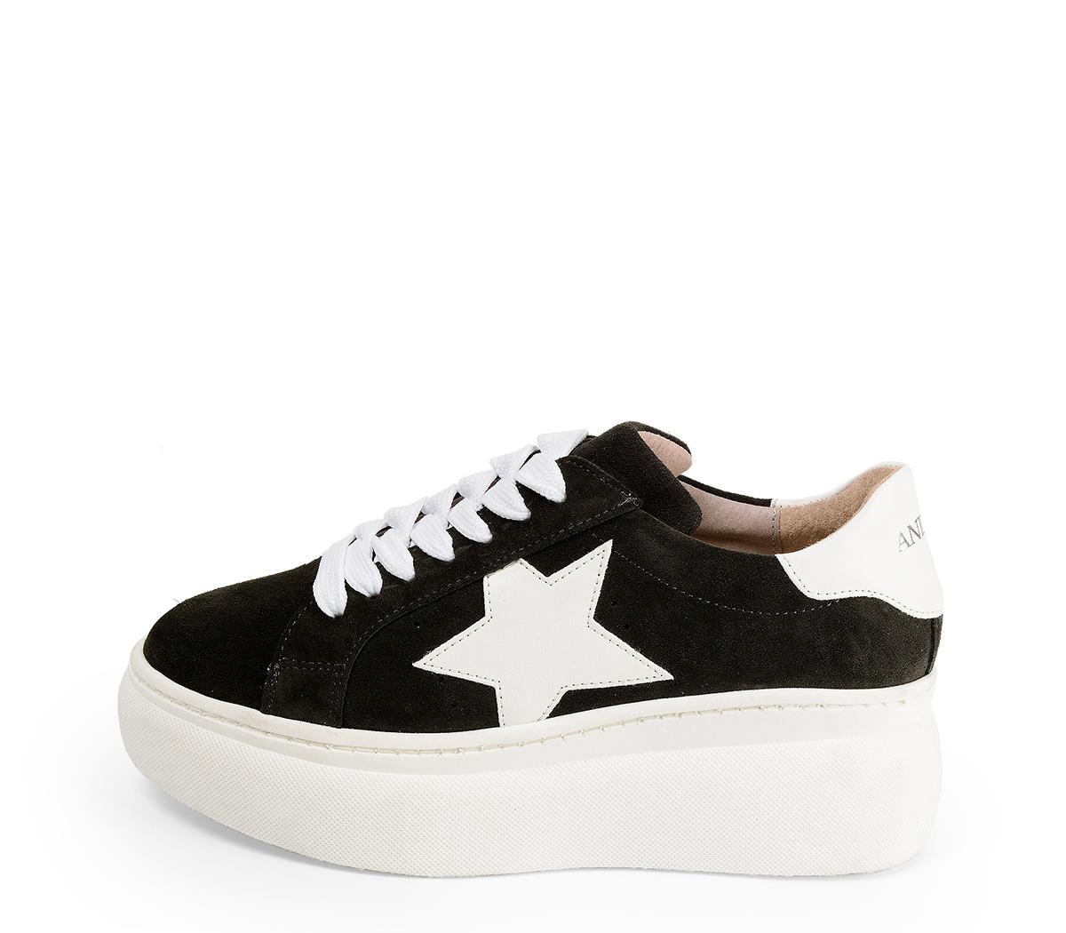 Ref. 4517 Sneaker serraje gris oscuro con detalle lateral de estrella en piel blanca. Plataforma de goma blanca. Altura trasera 6 cm y delantera 4.5 cm.