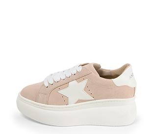 Ref. 4521 Sneaker serraje rosa con detalle lateral de estrella en piel blanca. Plataforma de goma blanca. Altura trasera 6 cm y delantera 4.5 cm.