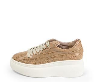 Ref. 4522 Sneaker piel con grabado coco en taupe. Cordones en beige. Plataforma blanca. Altura trasera 6 cm y delantera 4.5 cm.