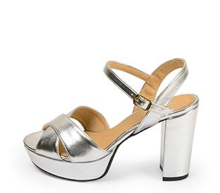 Ref. 4546 Sandalia piel plata con pala cruzada y pulsera al tobillo. Hebilla dorada. Altura tacón 10.5 cm y plataforma delantera 3 cm.