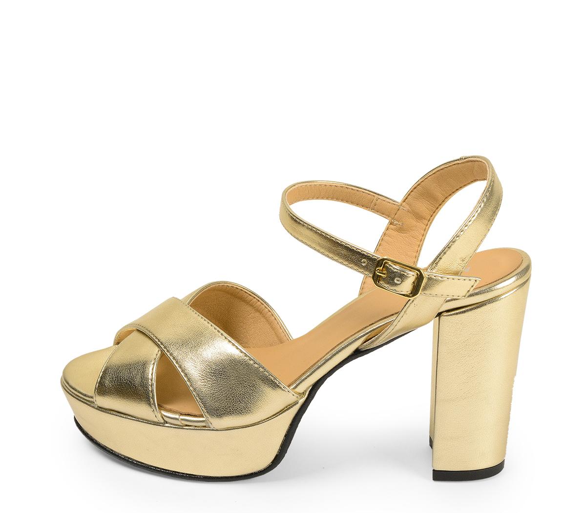 Ref. 4547 Sandalia piel oro con pala cruzada y pulsera al tobillo. Hebilla dorada. Altura tacón 10.5 cm y plataforma delantera 3 cm.