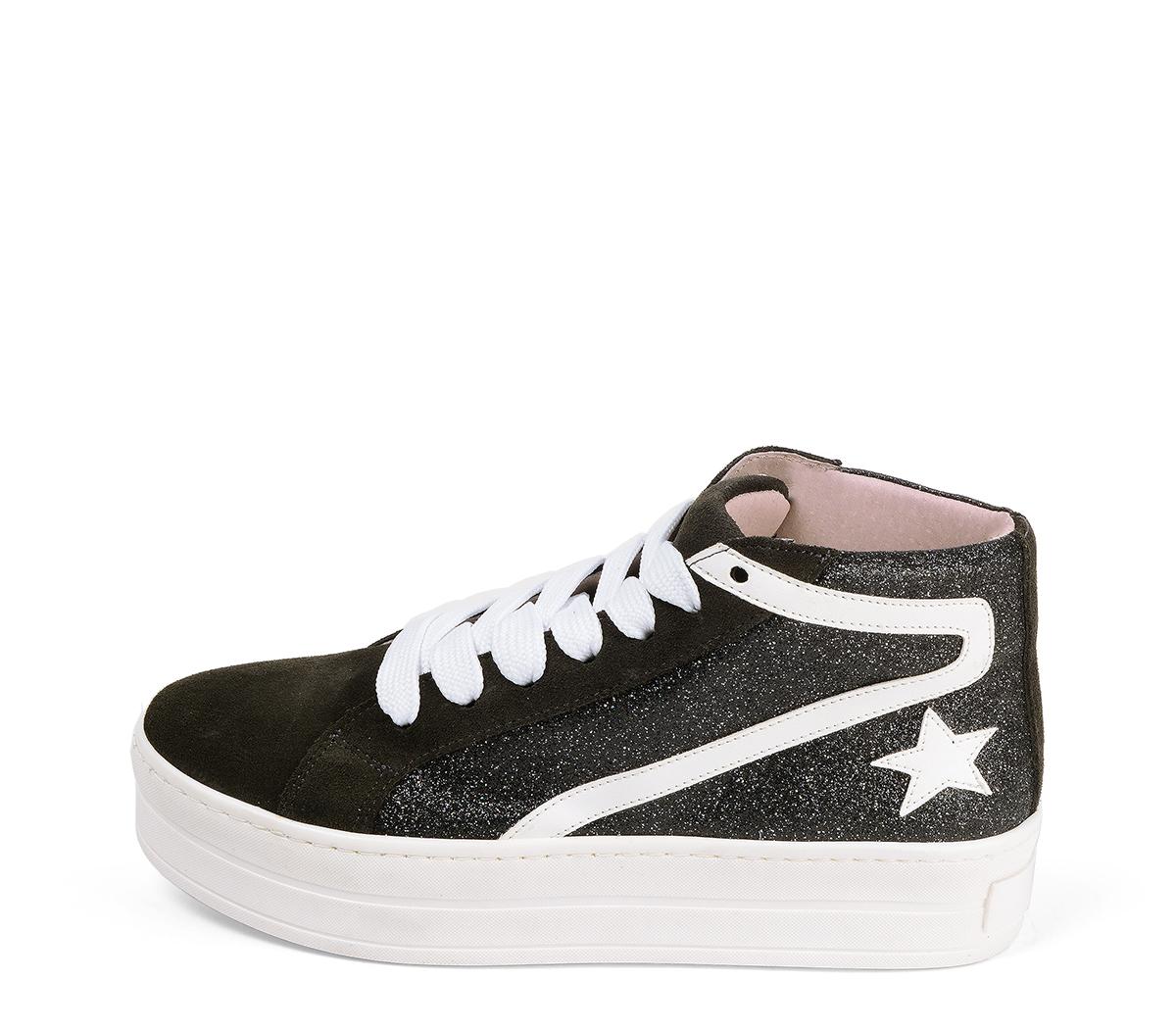 Ref. 4571 Sneaker abotinada serraje gris con glitter al tono. Cordones blancos. Detalles lateral en piel blanca. Plataforma blanca de 4 cm. Altura de caña 8 cm.