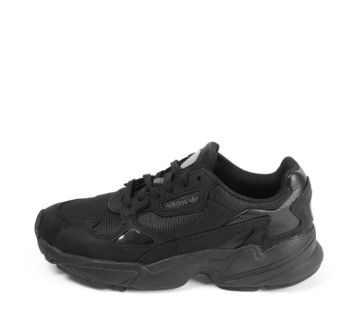 Ref. 4580 Adidas Falcon w combinada en tela y piel negra. Suela blanca. Cordones negros.
