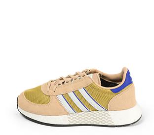 Ref. 4582 Adidas Marathon serraje beige combinada con tela oro. Simbolo lateral y trasero en piel blanca y azul. Suela blanca.
