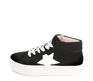 Ref. 4583 Sneaker abotinada serraje negro. Cordones blancos. Detalles lateral en piel blanca. Plataforma blanca de 4 cm. Altura de caña 8 cm.