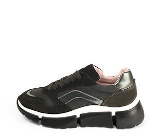 Ref. 4587 Sneaker combinada en serraje y tela negro. Cordones al tono. Detalles metalizados. Suela de goma en blanco y negro.