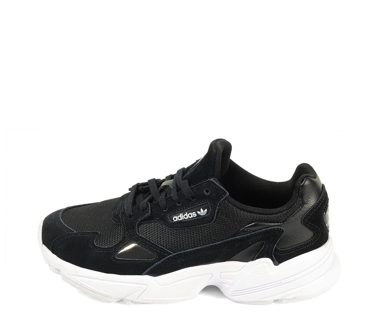 Ref. 4588 Adidas Falcon w combinada en tela y piel negra. Suela blanca. Cordones negros.