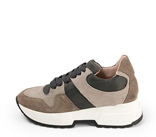 Ref. 4591 Sneaker serraje topo combinada con tela gris. Cordones grises. Suela blanca. Altura plataforma trasera 4.5 cm y delantera 3 cm.