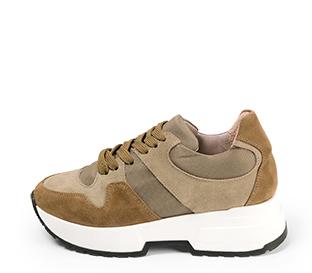 Ref. 4603 Sneaker serraje visón combinada con tela. Suela blanca. Altura plataforma trasera 4.5 cm y delantera 3 cm.