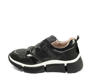 Ref. 4630 Sneaker serpiente negra combinada con tela negra. Tiras en el empeine con cierre lateral. Suela de goma combinada en negro y blanco.