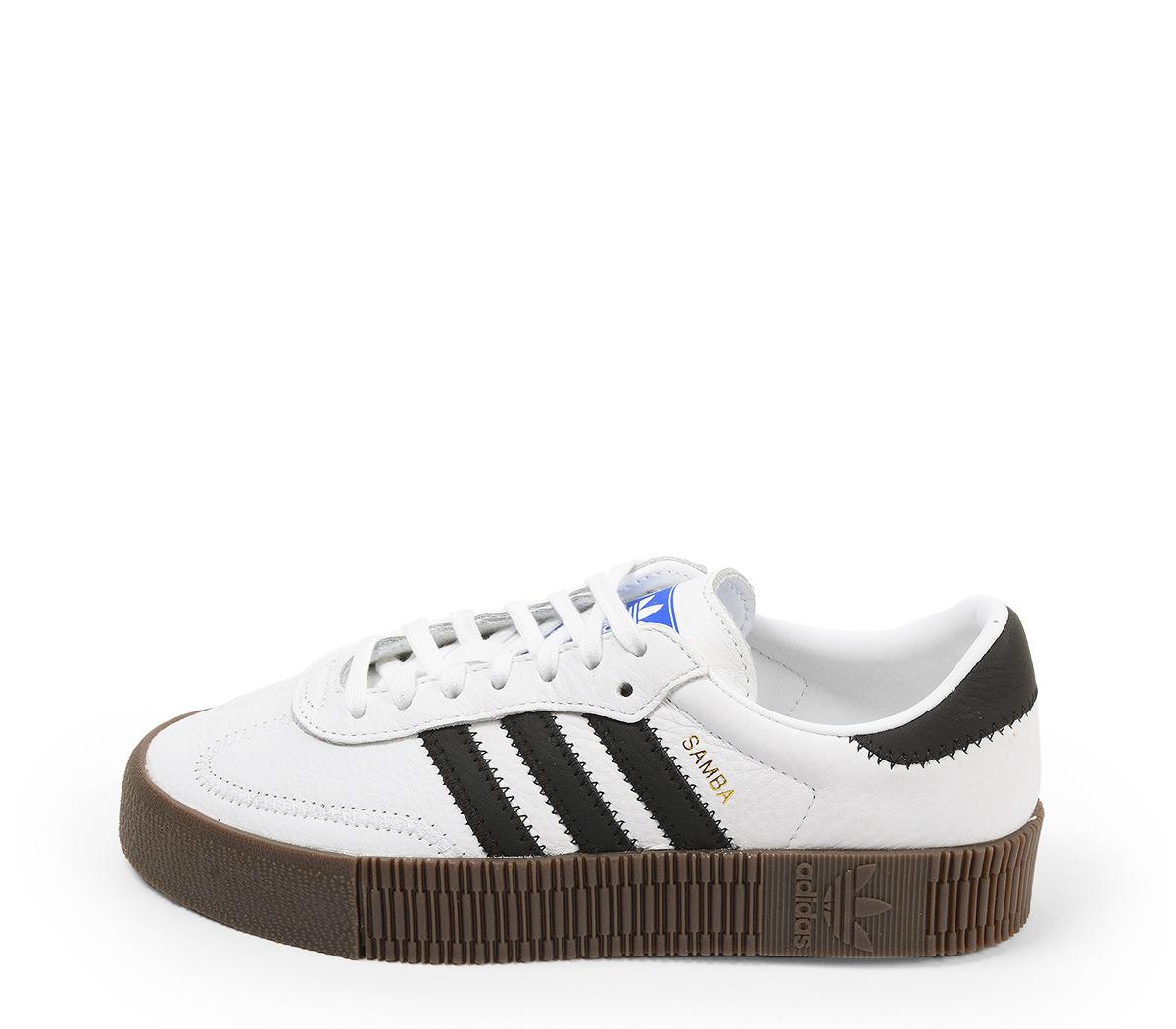 Ref. 4631 Adidas Sambarose piel blanca con detalles en piel negro. Altura plataforma 3 cm. Cordones blancos. Suela de goma marrón.