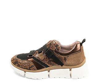 Ref. 4633 Sneaker serpiente camel combinada con tela negra. Tiras en el empeine con cierre lateral. Suela de goma en blanco y caramelo.