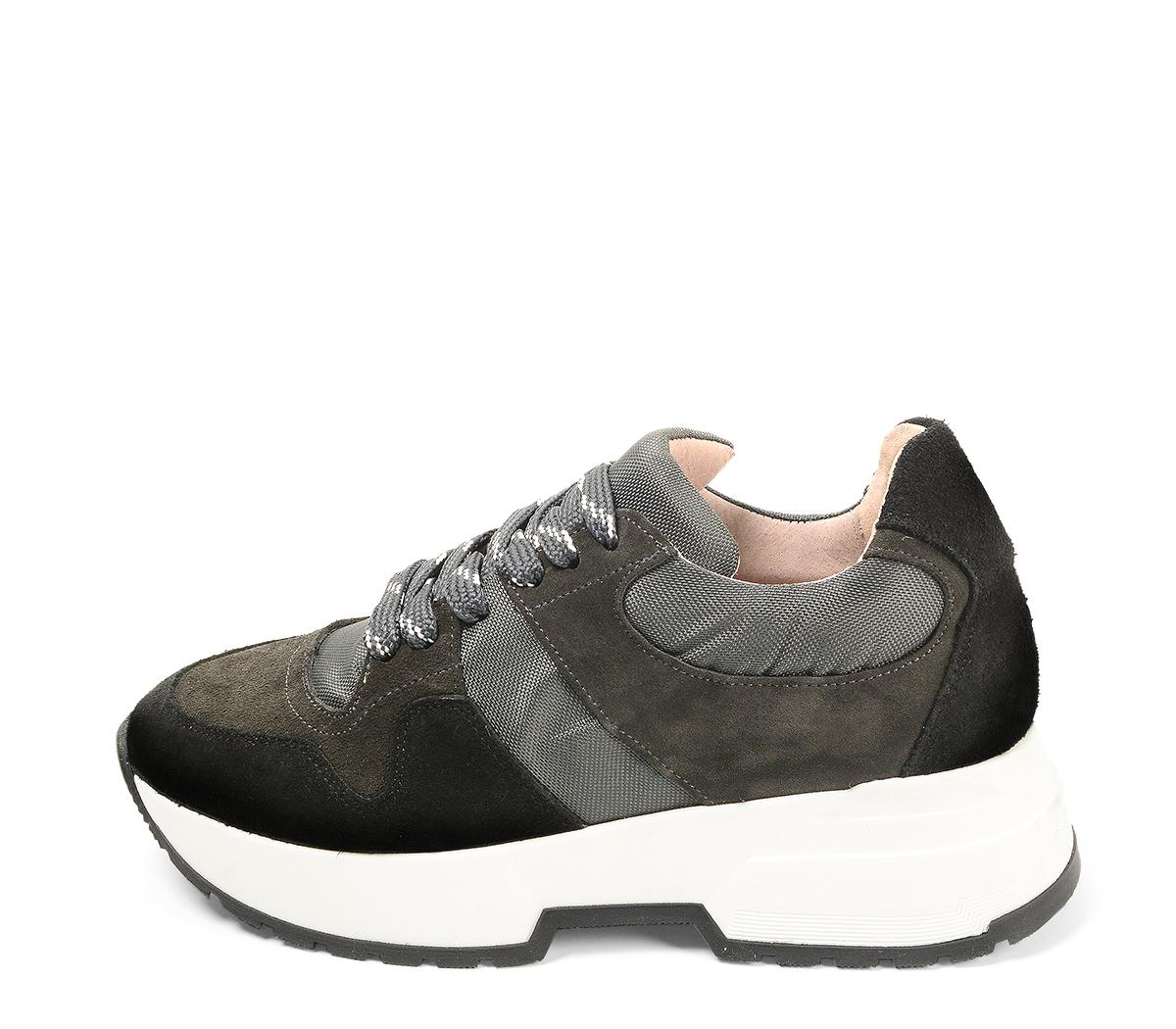 Ref. 4638 Sneaker serraje negro combinada con tela gris. Cordones grises jaspeados. Suela blanca. Altura plataforma trasera 4.5 cm y delantera 3 cm.