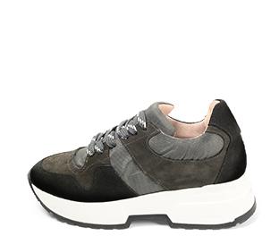Ref. 4638 Sneaker serraje negro combinada con tela gris. Cordones grises jaspeados. Suela blanca. Altura plataforma trasera 4.5 cm y delantera 3 cm. - Ítem1