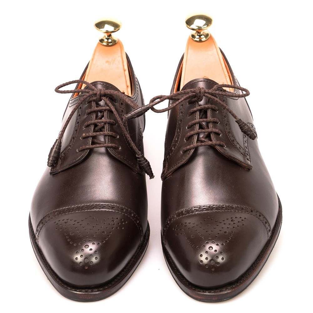 Derby Shoes. These Derby Shoes for women capture the essence of the classic brogue style as they are smart, elegant, and very stylish. The difference between the Oxford and the Derby style of brogue shoe is a subtle one, relating to the positioning of the eyelets.